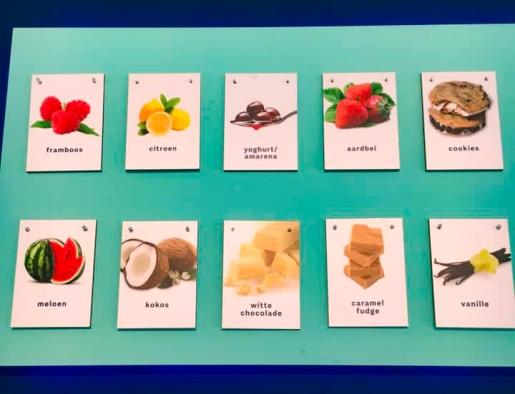 IJssmaken bedrukt op A5-Trespa-bordjes. Niet het ijsje maar de smaak is leidend qua beeld.